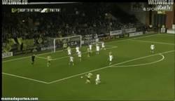 Enlace a GIF: Cómo la engancha Larsson por toda la escuadra