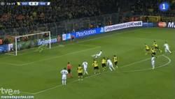 Enlace a GIF: Weidenfeller le hace este paradón al penalti de Di María