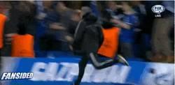 Enlace a GIF: Mourinho se marca un 'Guardiola' con el gol que les clasificaba