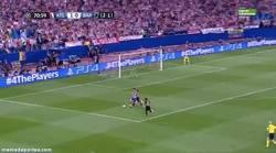 Enlace a GIF: ¿Crees que hay penalti no pitado de Mascherano a Villa?