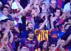 Enlace a GIF: Espectacular la afición del Barça felicitando al Atlético