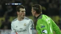 Enlace a GIF: Weidenfeller y Bale mandándose recuerdos para sus respectivas madres
