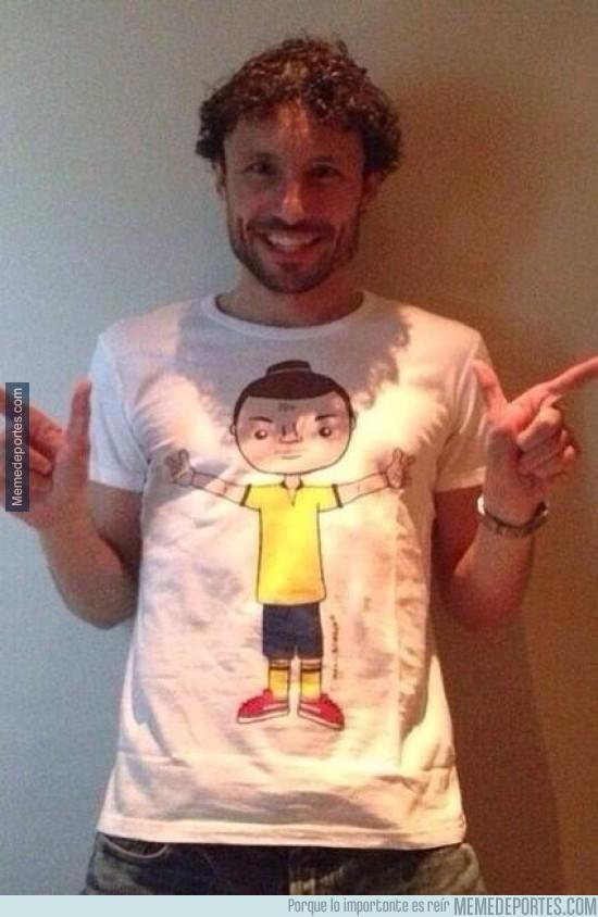 298720 - Regalo de Ibrahimovic a su amigo Van Bommel. Cómo no, una camiseta de él