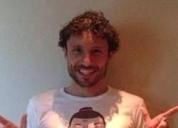 Enlace a Regalo de Ibrahimovic a su amigo Van Bommel. Cómo no, una camiseta de él