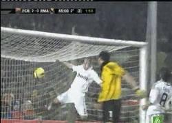Enlace a GIF: Si hablamos de golpes en postes, nadie supera el porrazo de Cannavaro
