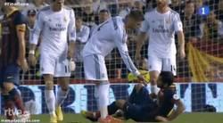 Enlace a GIF: Alves hace este feo gesto a Ramos. Ya tenemos al impresentable del partido