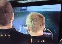 Enlace a GIF: En Lotus ya están acostumbrados a ver chocar a Maldonado