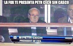 Enlace a Petr Cech, presidente de la FIFA, cazado en el palco