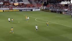 Enlace a GIF: El Sevilla aprieta con un gran Rakitić. Qué poco le queda en Sevilla