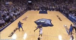 Enlace a GIF: Increíble jugada de 4 puntos de Russell Westbrook