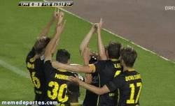 Enlace a GIF: Los jugadores del Barça B le dedican a Tito el gol