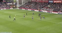 Enlace a GIF: El City no desaprovecha el pinchazo del Liverpool. Golazo de Yaya Touré incluído