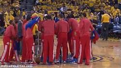Enlace a GIF: Los Clippers protagonizan un gesto contra el racismo para la historia del deporte