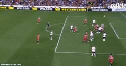 Enlace a GIF: Y éste es el gol de M´Bia que clasifica al Sevilla para la final en el último suspiro