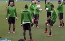 Enlace a GIF: No te pierdas la última de Balotelli troleando a sus compañeros en el entrenamiento