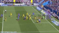 Enlace a GIF: El gol en propia de Filipe Luis