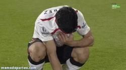 Enlace a GIF: Lágrimas de Suárez. Qué duro es el fútbol