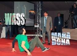 Enlace a VÍDEO: Maradona, ese freestyler fondón con traje