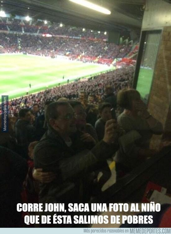 313844 - Los orgullosos padres de James Wilson grabando su gol