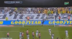 Enlace a GIF: Pirlo pone así el broche de Oro al cierre de la Serie A