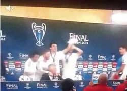 Enlace a GIF: Los jugadores interrumpen a Ancelotti en rueda de prensa
