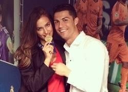 Enlace a Cristiano Ronaldo con su más preciado premio. Ah, y su medalla de Champions