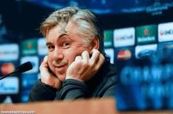 Enlace a GIF: Ancelotti levantando la décima