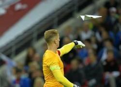 Enlace a Joe Hart aburriéndose lanzando un avión de papel en pleno partido ante Perú