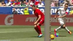 Enlace a GIF: Cuidado que los yankees empiezan a saber jugar a fútbol. Bestial regate de Clint Dempsey