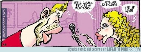 330838 - Shakira enseña a Piqué a apagar un micrófono