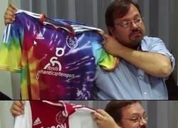 Enlace a La marca que viste al Ajax les juega una broma con las supuestas nuevas y horribles camisetas