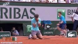 Enlace a GIF: Las lágrimas de Rafa tras ganar Roland Garros