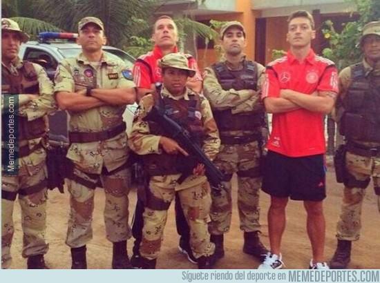 333316 - La policía de Brasil con los ojos bien puestos en este mundial