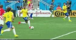 Enlace a GIF: El primer gol del Mundial 2014