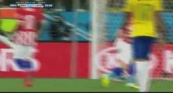Enlace a GIF: Golazo de Neymar. Es ponerse la camiseta de la canarinha y empezar a hacer cosas así