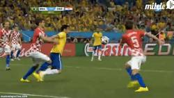 Enlace a GIF: Empiezan los regalos. Penalti a favor de Brasil