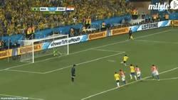 Enlace a GIF: Gol de Neymar de penalti. Doblete y Brasil sonríe