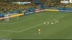 Enlace a GIF: Gol de Óscar, que pone la guinda al partido