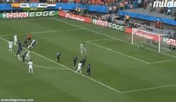 Enlace a GIF: El primer gol de España en el Mundial. Xabi Alonso de penalti