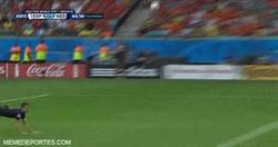 Enlace a GIF: ¡Menudo golazo de Van Persie que empata el partido!
