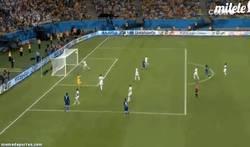 Enlace a GIF: Balotelli está inspirado. Casi marca este golazo