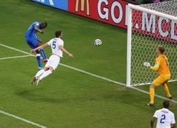 Enlace a Cahill, marcándose un Van Persie ante Italia