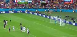 Enlace a GIF: A falta de Ribery, bueno es Benzema, que pone el 1-0 para Francia de penalti