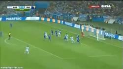 Enlace a GIF: Mala suerte para Bosnia. Gol en propia puerta