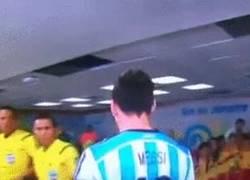 Enlace a GIF: Messi rompe el corazón a un niño al no querer darle la mano
