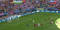 Enlace a GIF: Gol de Müller de penalty que pone por delante a Alemania