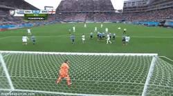Enlace a GIF: Rooney mete miedo en el cuerpo de los uruguayos con esta falta