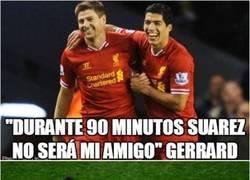 Enlace a Es verdaderamente raro ver a Gerrard y Suárez peleando duro por una pelota