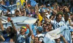 Enlace a GIF: Y Argentina como siempre, como si jugara de local