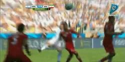 Enlace a GIF: Sólo Messi podía hacerlo. Golazo en el descuento y victoria de Argentina